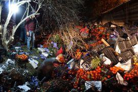25 ton domates yüklü tır devrildi karayolu domates tarlasına döndü