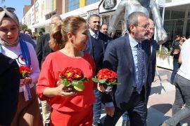 AK Parti Genel Başkan Yardımcısı Ünal, Antalya'da kadınlara çiçek hediye etti
