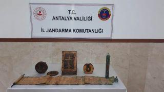Antalya'da  altın işlemeli 1400 yıllık deri kitap ele geçirdi