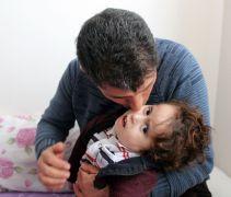 İki bebeklerini kaybeden aile üçüncü bebekleri için 'hidrosefali' ile mücadele veriyor
