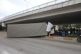 Köprülü kavşağa takılan kamyon yan yattı