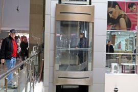 Tatile geldi, alışverişte asansörde mahsur kaldı
