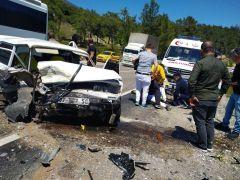 Antalya'da iki otomobil kafa kafaya çarpıştı: 2 yaralı