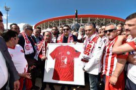 Antalyaspor'un simgesi akrep heykeli törenle açıldı
