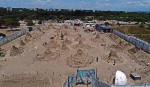 8 ülkeden 15 heykeltıraşın 10 bin ton üzerinde kum kullandığı festivale 200 bin ziyaretçi bekleniyor