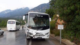 Antalya'da halk midibüsü ile turistleri taşıyan tur otobüsü çarpıştı: 5 yaralı