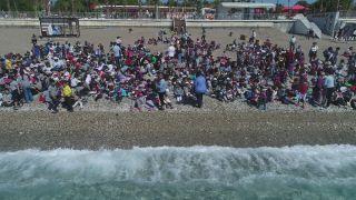 Dünyaca ünlü sahil kitap okuyan on binlerle doldu taştı