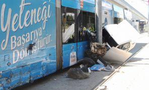 Tramvay ile çarpışan otomobil havada kaldı