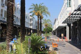 Büyükşehir Kemer'de Atatürk ve Liman caddeleri temizledi