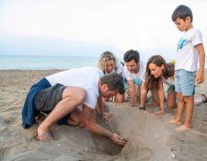 Kıvanç Tatlıtuğ, küçük Can ile caretta carettaları denize kavuşturdu
