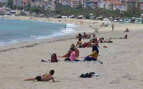 Alanyalılar 2.5 aydır hasret kaldığı denizin tadını çıkardı