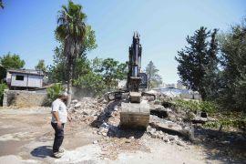 Zeytinköy'de açılacak yeni caddeler için metruk binalar yıkıldı