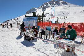 Antalya'nın zirvesinde kar üzerinde resim yaptılar