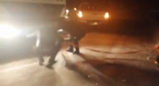 Antalya'da karda şarampole yuvarlanan aracı vatandaşlar kurtardı