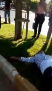 Kaza sonrası acı içerisinde yerde yatan adamı vatandaşlar teselli etti