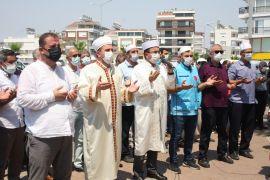 Yüzlerce kişi Manavgat'taki yangınların durması için yağmur duası yaptı